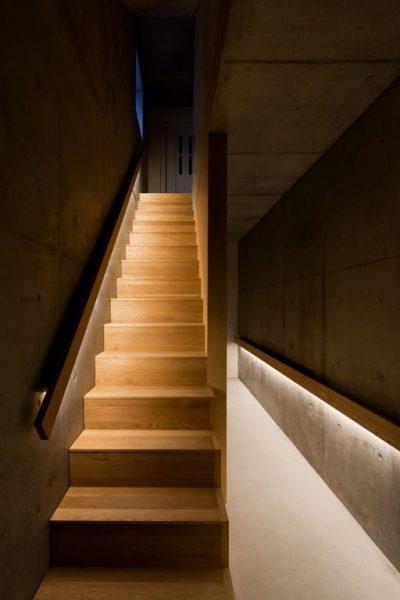 手すり埋め込み型LED照明による階段